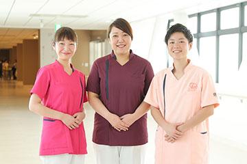 2020年からは看護師のユニフォームも一新し、キャップレスになる。ユニフォームは一般病棟の看護師がピンク色、救命センターはえんじ色、小児科は薄いピンク色、師長以上の管理職が紺色の4 色になる。