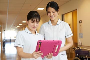 入院中の患者さんに対してタブレットを使用し、身体的・精神的苦痛のスクリーニングを行っている。