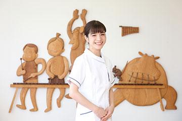 「病棟内でベテラン看護師になってきました」と笑う山崎さん。「学んできたことを次につなぐために、新人や後輩指導に尽力したい」と話す。