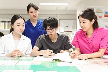 病棟に常駐する2名の医師とカンファレンスを行う。「医師をはじめ、多職種との連携はとてもスムーズで、わからないことはいつでも質問できるので解決が早いです」と竹山さん。