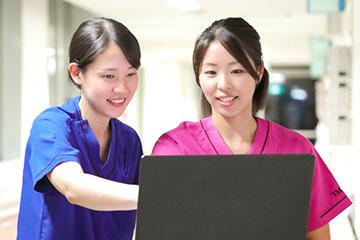 患者さんと会話する時間を増やしたい竹山さんに、業務の優先順位をつけて時間を作る工夫を伝授する小田島さん。