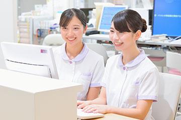 パソコンが苦手な安田さんに対し、看護記録を入力する時間をつくれるように、業務の優先順位を一緒に考えるなどサポートを行う。