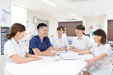 病棟でのカンファレンス。医師をはじめ他職種との連携もスムーズで、医師にも質問しやすい風通しのいい環境がある。Dさんも積極的に意見を述べられるまで成長した。