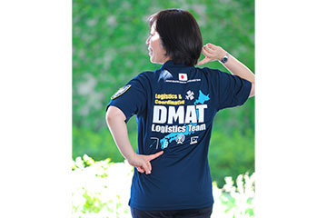 ユニフォームの背中には、「DMAT Logistics Team」と書いてある。これは本部機能をサポートするチームで、主に情報収集や各関連組織との連携体制構築などを行う。ロジスティック研修を受けた人しかなれない上級の資格である。