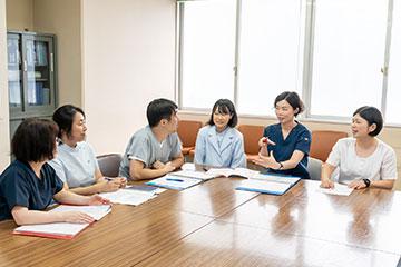 患者さんの退院後の生活について多職種で真剣に議論する。