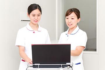 教育担当ナースの髙橋優実さんから、初めて行う看護技術についての説明を受ける。新人にはプリセプターもつき、さらに部署の先輩の誰かがその日のフォローナースになる。新人を何重にもフォローする体制がある。