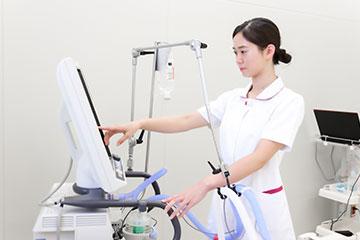 人工呼吸器の操作をする。救命救急センターは高度な医療機器に囲まれ、それを使用する頻度も高い。「ME との連携が取れているので、わからないことは何でも聞いて教えてもらっています」。