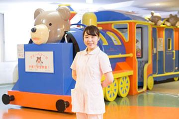 後ろにあるのは子どもの安全教育をするためのトレイン。病院が少しでも楽しい場所になればという思いで設置され、子どもたちの遊び場となっている。