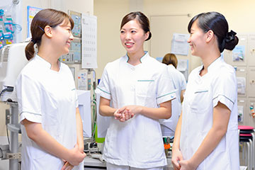 同じ病棟の先輩・同期と一緒に。先輩からは日々、多くの学びを得ている。同期はお互いにいつも支え合い、高め合える存在となっている。
