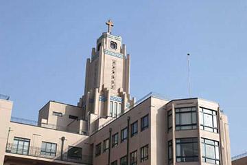 本館の完成は1933年。日本トップレベルの看護を見守り続けている。本館内部には、患者さんやそのご家族、病院職員などのための「祈りの場」として設けられたチャペルもある。