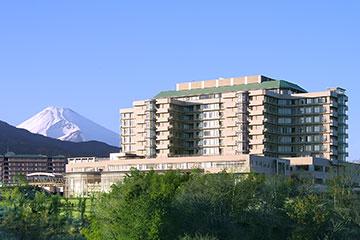 ホテルのような建物と、バラ園をはじめ四季折々の草花が咲く庭。晴れた日は間近に雄大な富士山が望めるなど、環境は抜群。