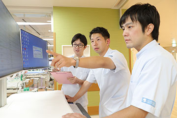 後輩ナースマン(西田和晃さんと斎藤裕也さん)とディスカッション。新しい知識や情報を吸収し、日々の看護に反映している。