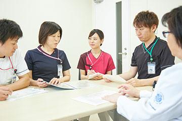 チーム医療の研修では、入退院支援部門を見学し、入院前支援の面談の仕方や退院支援に向けてのカンファレンスなど、病棟看護師としての役割を学ぶ。