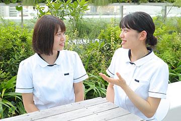 将来の目標について話し合う。永田さんの目標は「日本は災害が多いので、DMAT隊員になって災害現場で人の命を助けること」。本田さんは「個性に合わせた指導ができる人になりたい」と、教育に携わることを目指す。
