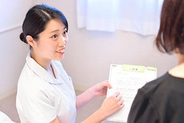 病棟には手術を目的に入院される患者さんが多い。安全で安楽な手術が行えるよう当日の流れなどを説明しながら、理解度の確認や不安の軽減に努めている。