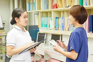 プリセプターをはじめ、病棟全体で新人を支えている。師長にもいつでも相談できるので安心。