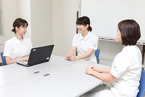 「斉藤さんを始め、今年の新人たちはよく頑張って、日々成長している」と教育制度への手応えを感じる木村さんと荻野さん。
