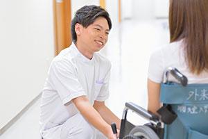 同院は大学病院だが地域密着型でもあり、患者さんの退院後の生活にも丁寧に寄り添う看護が特徴で、地域での評判が高い。