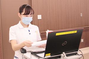 内服薬の確認はミスが許されないため慎重に行う。病棟では独自の病態や治療の学習計画、看護技術のチェックリストがあり、知識や技術を着実に身につけられる。
