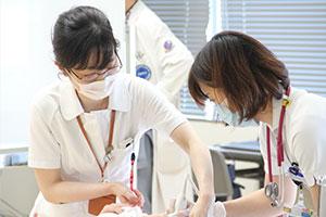 「胸部のフィジカルアセスメント・臨床推論」の演習で、超音波検査の実技指導をする千木良さん。この授業は千木良さんが企画を担当した。