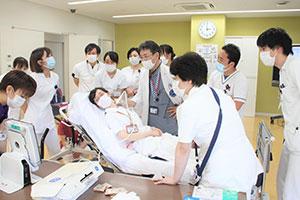 デモンストレーションでは、千木良さん自らの頸静脈が供覧できるように指導医師と共働する。