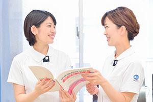 病棟の同僚、宮崎朱里さん(右)は何でも相談できる心強い存在。