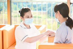 患者さんの気持ちを聴くことは経験を重ねても難しい。特に初回の抗がん剤治療は誰でも副作用などの不安を抱えながら入院されるので、安心して治療が受けられるように丁寧な説明と声かけで患者さんに寄り添うようにしている。