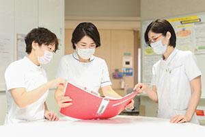 退院カンファレンスでは、仕事や学校など日常生活を過ごしながら治療を継続していけるような支援を検討している。