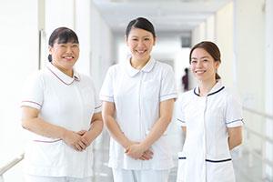 看護師歴24年の若林留美さん(左)は、慢性心不全看護認定看護師として院内外で幅広く活動する傍ら、大学院の修士を卒業するなど学びを臨床にフィードバックしている。後輩にも慕われ「私たちが目指す大先輩です!」と柳川さんと水谷さんは笑顔を見せる。