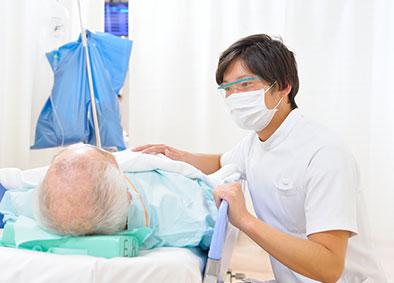 突然の危機的状況に置かれた患者さんやご家族の近くで、力になれるよう最善を尽くして看護にあたっている。
